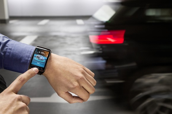 El Remote Valet Parking Assistant de BMW te deja estacionar tu carro usando tu smartwatch.
